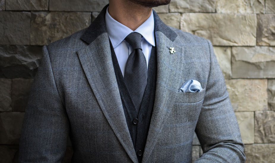 Costume trois pièces avec cravate pour homme.